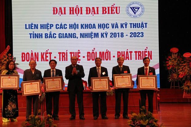 Chủ tịch UBND tỉnh tặng bằng khen cho các cá nhân tiêu biểu